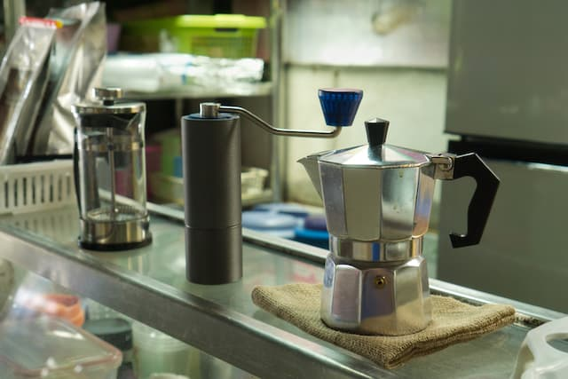 french press and moka pot being compared